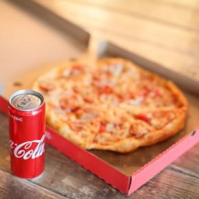3 Pizza cu 3 doze de Coca-Cola